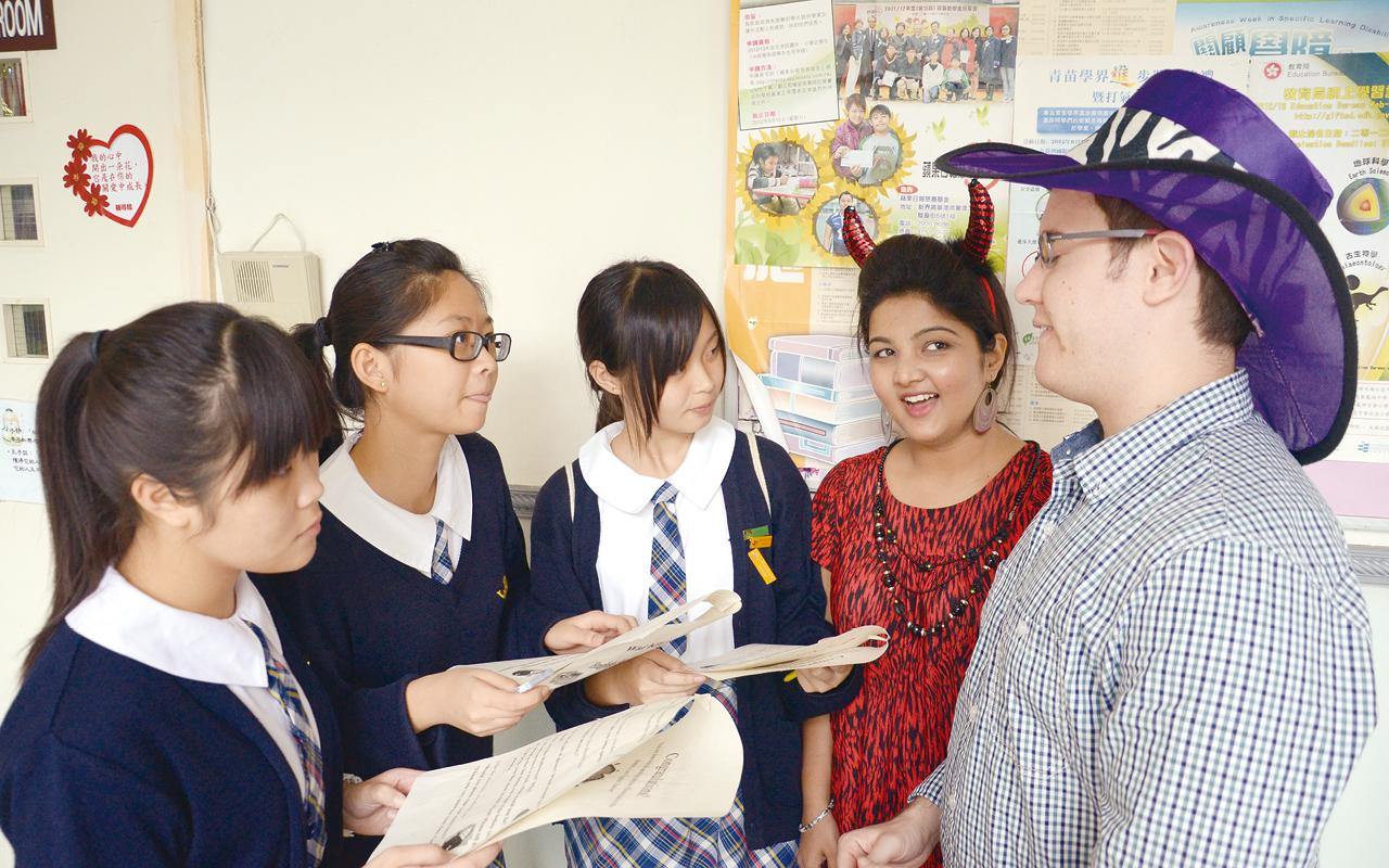 多與外籍老師交談,提升英語溝通能力。