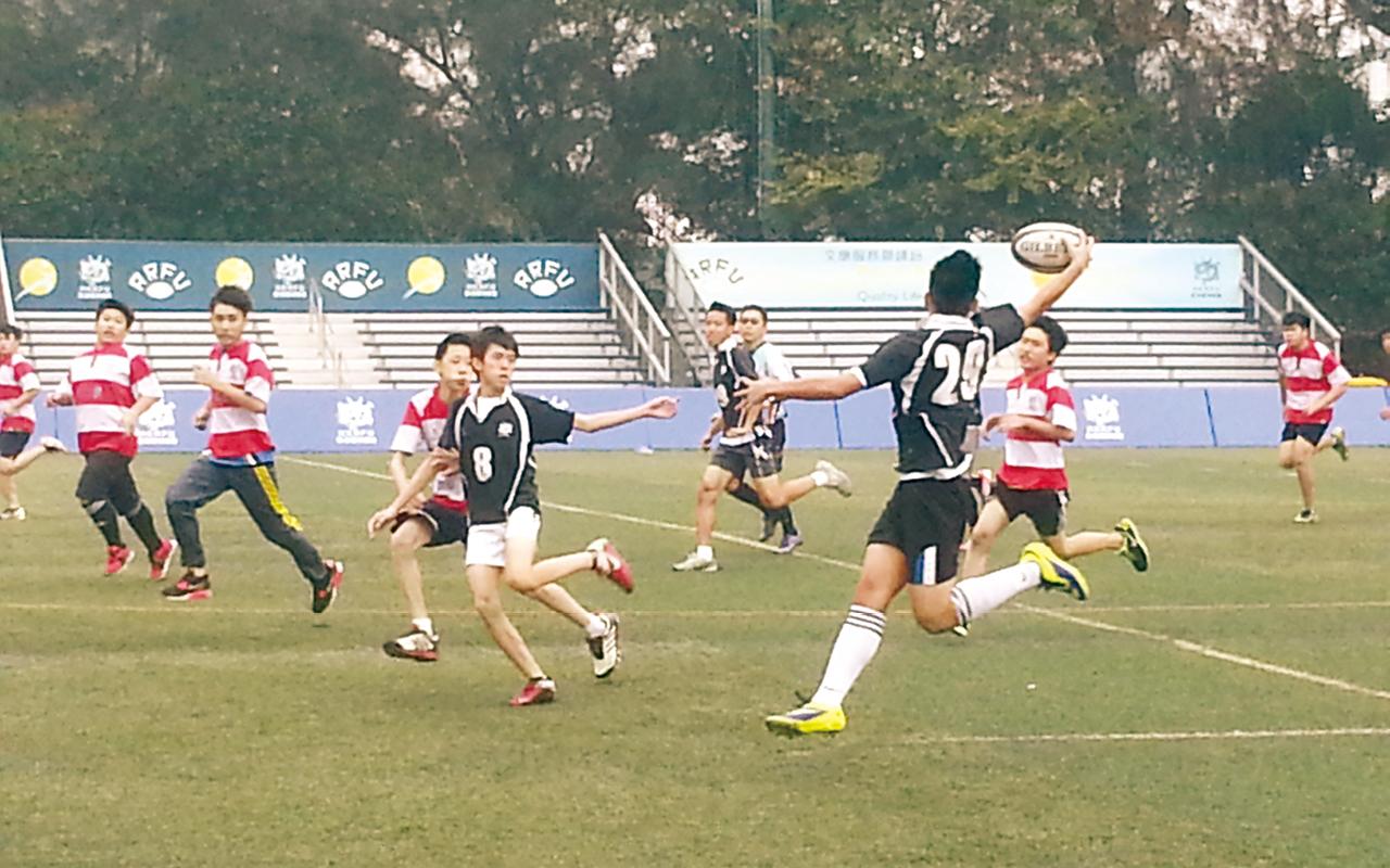 同學參加欖球比賽,以正選出場。