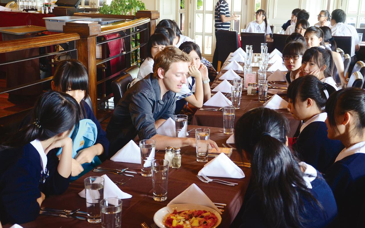於西餐廳學習餐桌禮儀。