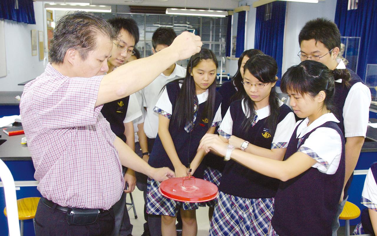 劉博士為同學講解科學實驗。