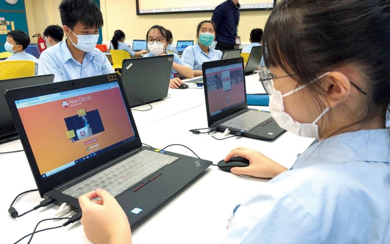 中基的老師積極與同行交流對策,校方亦撥出更多人手,改由多於一位教師進行網課。