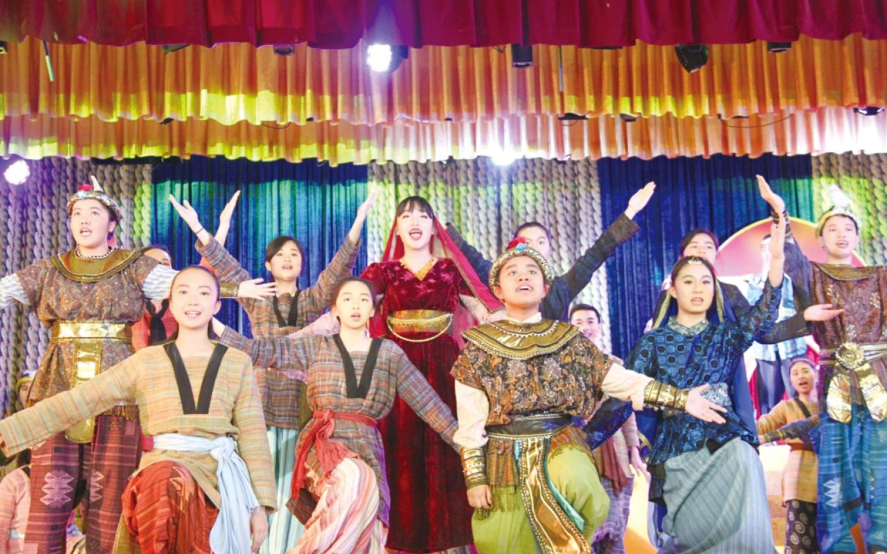 學校每五年便會籌辨一齣大型音樂劇,由全校一起參與,將戲劇元素融入英語之中。