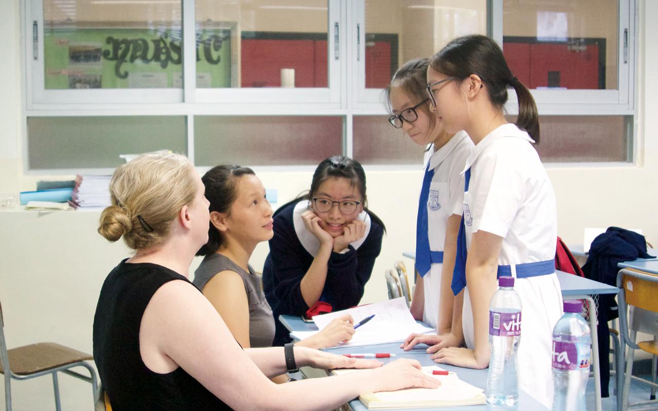 即使在開學後,老師亦會為中一級學生設說話課,讓他們適應英語教學,並對有需要的學生進行課後支援,持續大半年的時間,又在測驗、考試後提供特別工作坊,教授學生學習習慣和技巧,照顧學習差異。