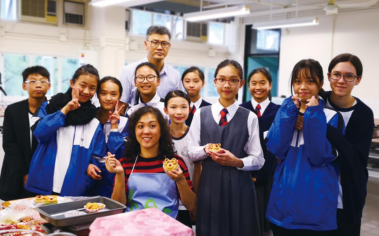 校園活動是營造英語語境不可或缺的一環。有見及此,學校培訓了學生成為英語大使,和外籍老師一起在小息、午飯時間接待同學,暢玩桌遊,製作糕點,更會於開放日帶領嘉賓遊覽校園。