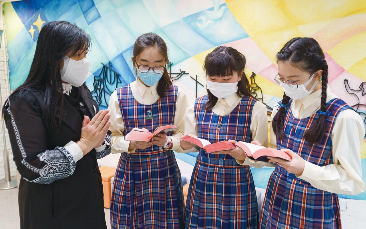 周淑敏校長及其教學團隊不僅協助同學有效學習英語,更鼓勵她們學習語言背後的文化,增進知識,靈活運用於生活當中,避免死記硬背。
