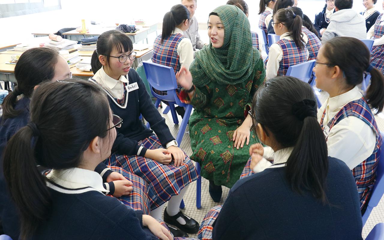 學校更舉辦了海外交流學習團,比如加拿大文化及英語夏令營,以及澳洲、紐西蘭文化及英語學習團等,讓同學置身於真實的英語環境中,了解當地的文化風俗。