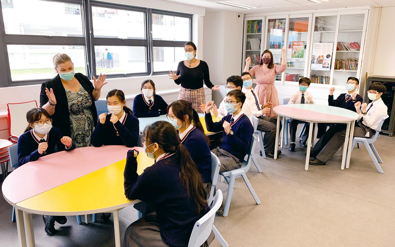 """該校共聘三位外籍老師,並在常規英文課以外,特別設計別出心裁的初中校本課程""""English in Action"""",每循環周設有3個課節,包括廚藝、話劇及深度閱讀,以生活化的課堂活動教授英語。"""