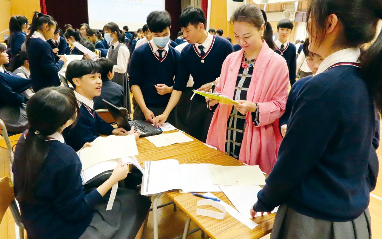 學校亦舉辦多元英語活動,包括早會分享、寫作比賽、英語大使、英語角、英語廚房、英語茶座及其他午間英語學術活動等,在校園不同角落創造英語環境。