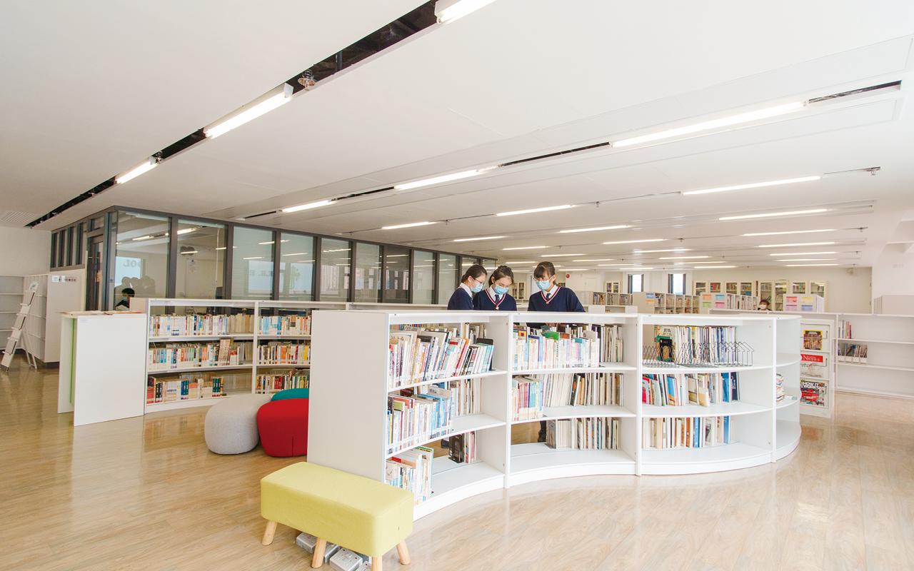 跨學科閱讀亦是重要一環,學校採用跨學科讀本,並將英語元素融入初中綜合科學、地理等科的教材,貫徹Language across the Curriculum理念。