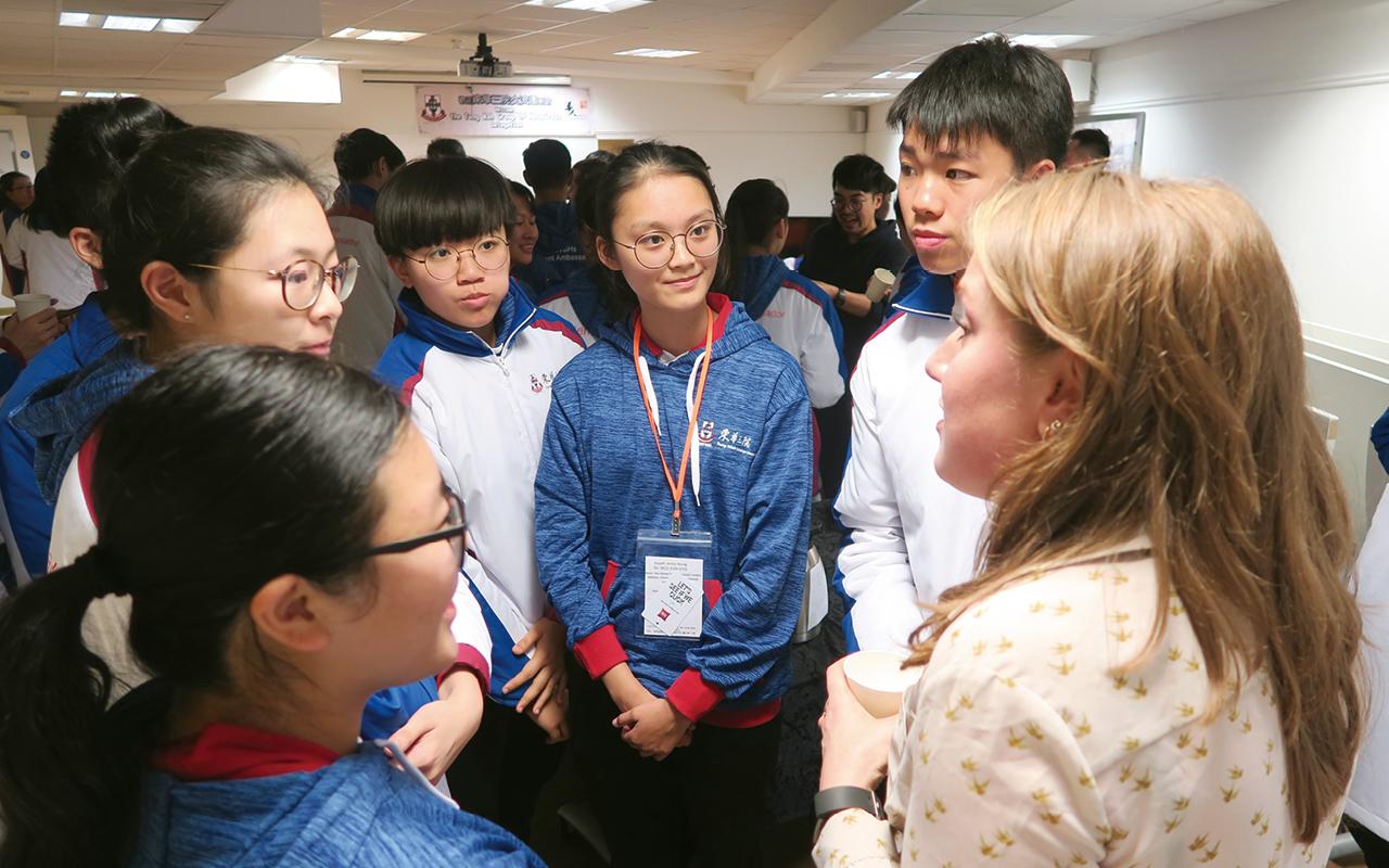 許婧同學在華人社區中心與該中心職員暢談。