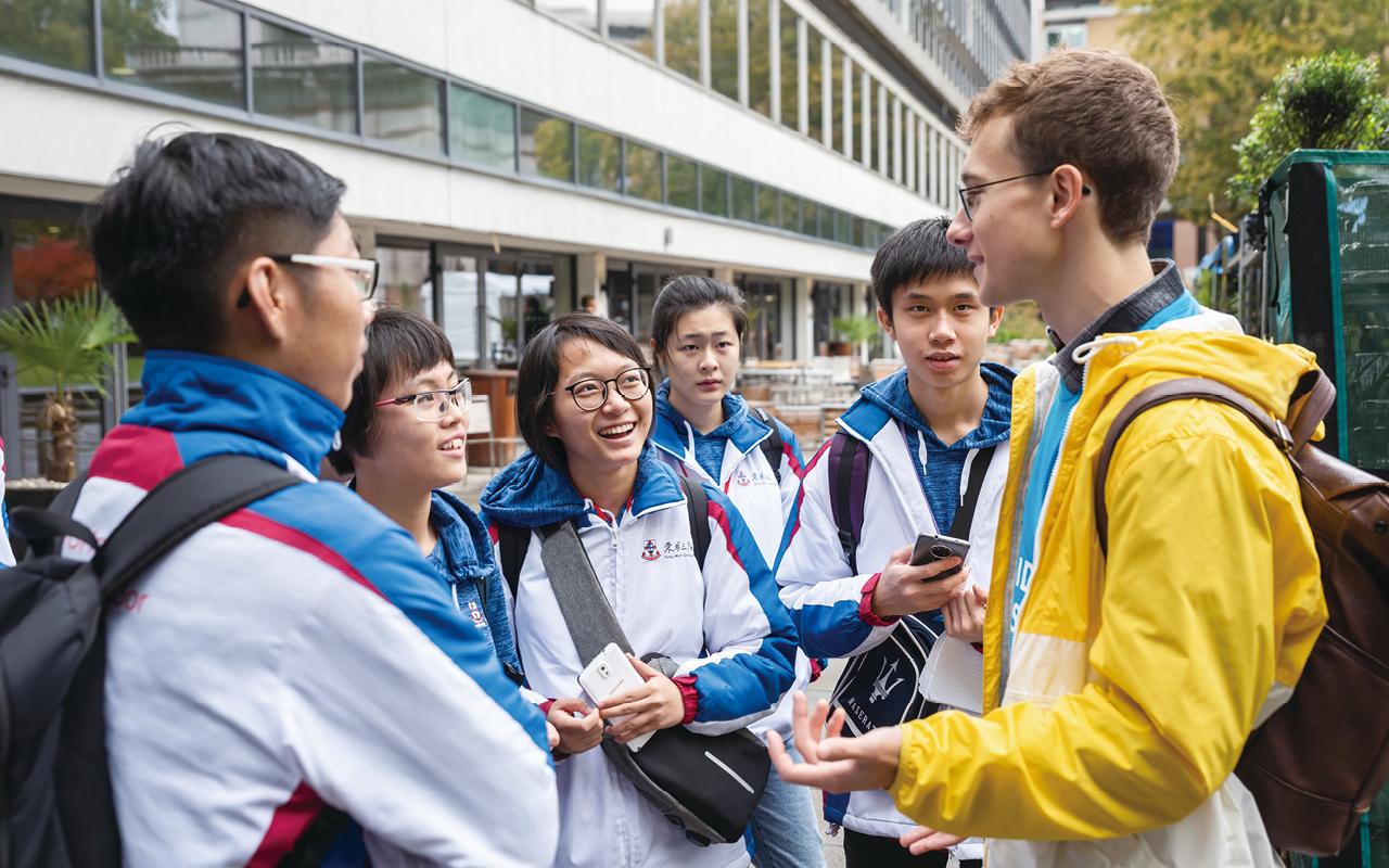 黃佩珊同學在參觀Imperial College London 時,與當地大學生交流。