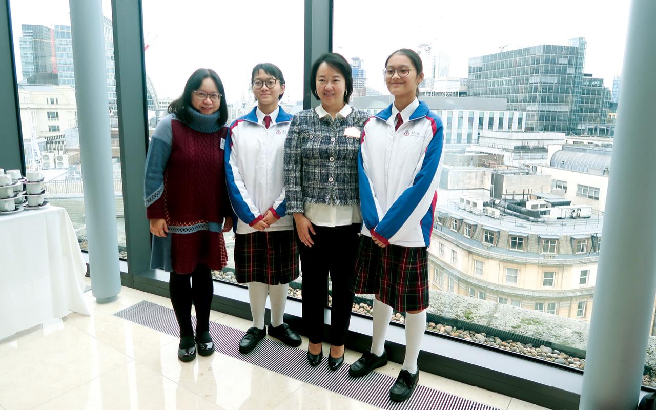 該校老師及同學與校監文穎怡副主席參觀中國銀行倫敦分行。