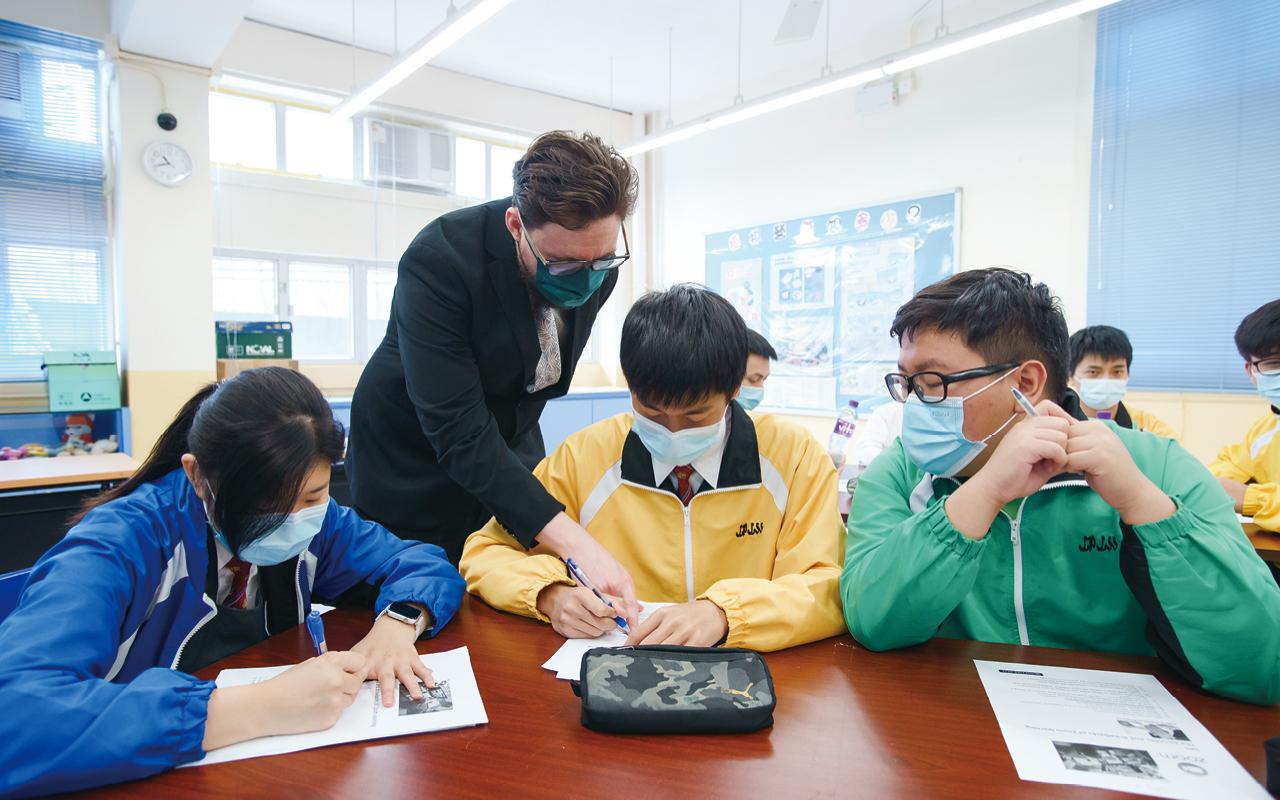 外籍老師特別設計有趣互動的課程,讓學生練習英文會話,並擔任初中兩班的班主任,與本地英文科老師一起實行雙班主任制,使學生不再懼怕與外籍人士交流,有更多時間接觸英語。