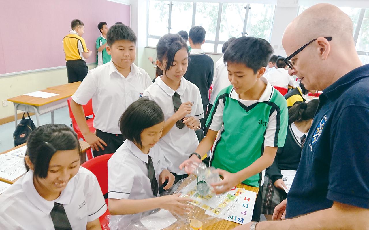 學校在暑假期間設有3至5天的銜接課程,並聘請校外專業機構的外籍老師設計靈活的遊戲活動,涵蓋創意寫作、發音等不同技巧。