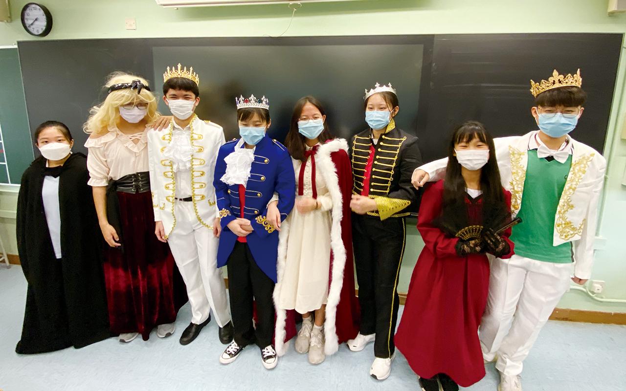 學校在本年度第一次參加香港學校戲劇節,由熟悉戲劇的新任英文科老師帶領學生,讓他們發揮創意。