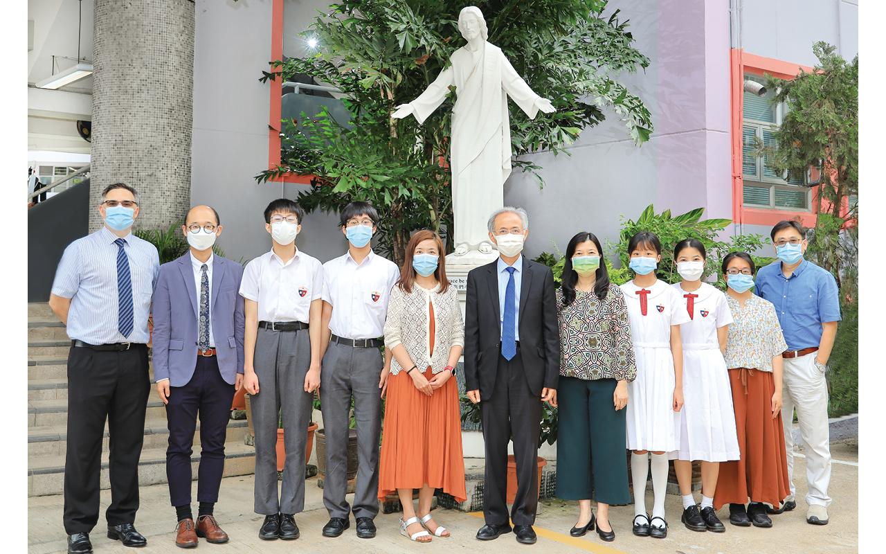 何應翰校長、阮副校長、英文科老師及學生齊參與校園英語活動。