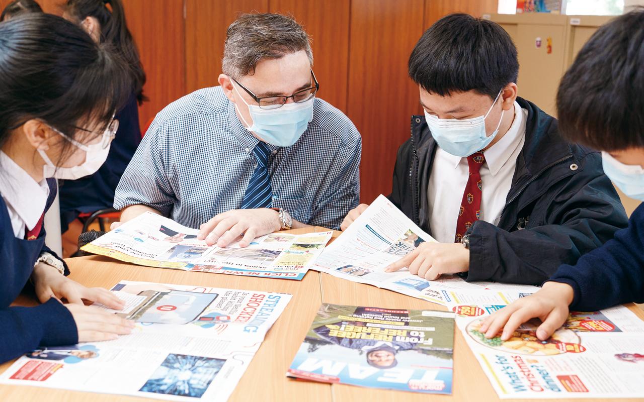 該校外籍老師Mr Burke 與同學一起研習英語文法及句式。