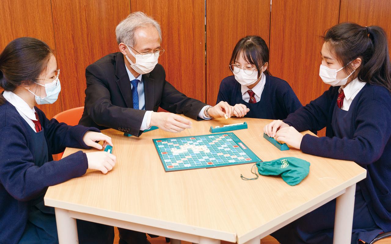 校長和同學一起參與英語遊戲Scrabble。