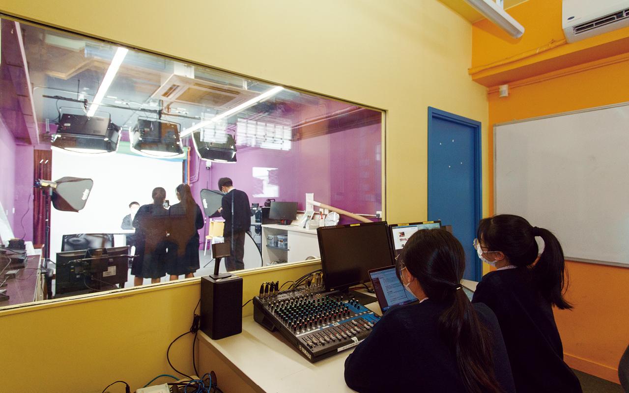 同學在校園電視台錄影英語節目。