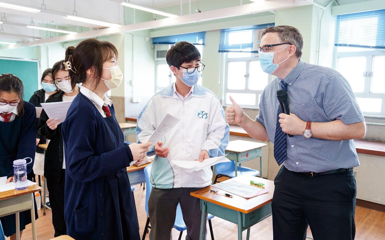 同學以英語訪問外籍老師。