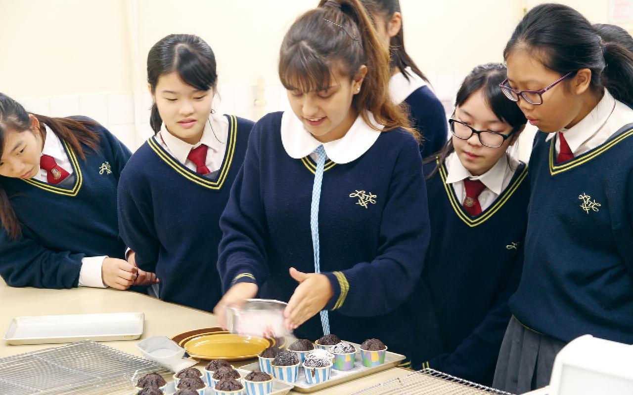 Alessandra Di Perna來自意大利的交流生,教授該校學生製作迷你蛋糕。