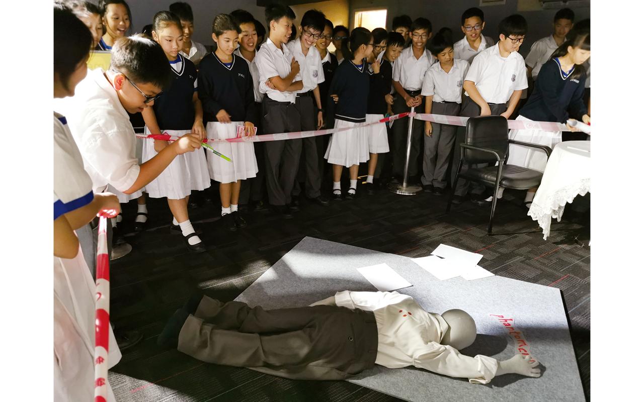 學校參考了福爾摩斯及CSI犯罪現場,策劃了「誰是兇手」英語偵探活動。