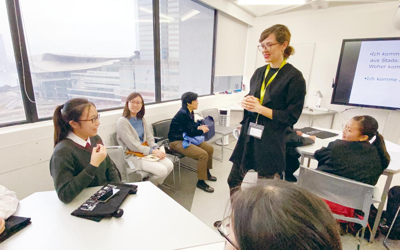 學校安排一些以英語為母語的人士到訪學校,或讓學生前往該等場所,讓學生可以在真實的環境下應用英語與外國人交流。