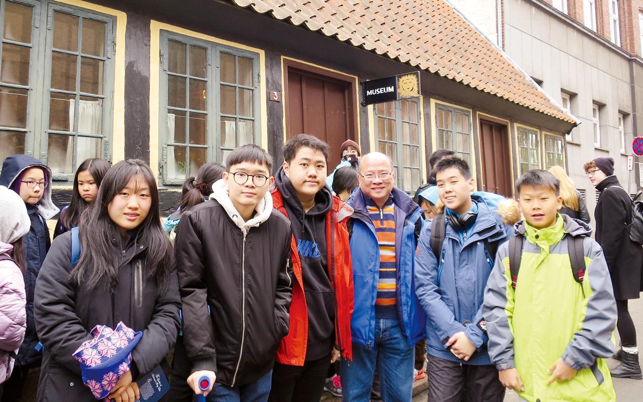 學校安排多個海外交流活動、交換生計劃及世界學生會議,學生前往丹麥、德國、美國、英國等地體驗外國的學習模式,感受外地生活。