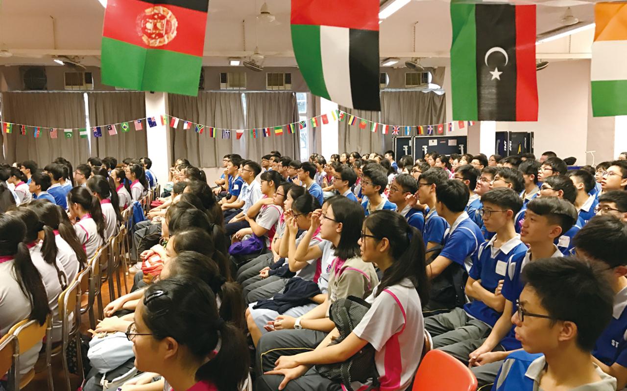學校與新加坡的中學一直保持緊密聯繫,後者特別統籌模擬聯合國會議活動,讓香港、日本、內地等學生齊齊參加。在活動當中,學生需要模擬代表其他國家,出席聯合國會議就特定議題討論、交流。