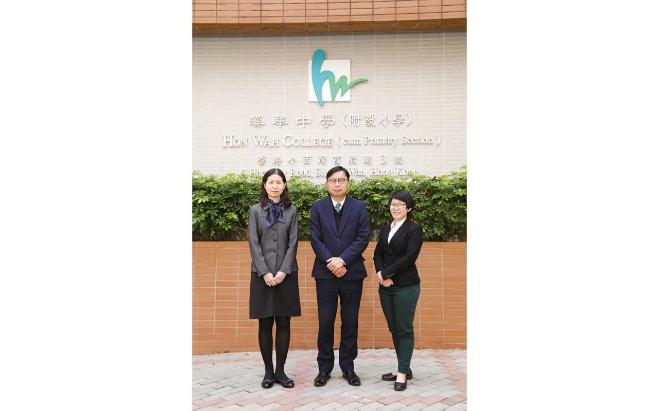 (左起)黃佩貞副校長、關穎斌校長、譚穎欣英文科主任。