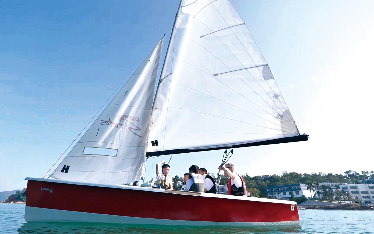 在學會時段,外籍老師在帆船上與同學談天說地,自由自在。