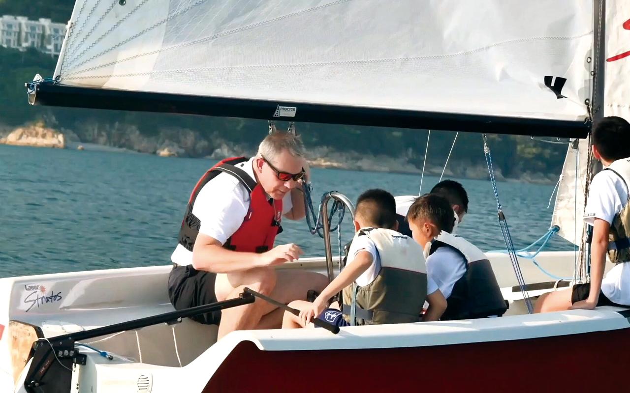 外籍老師向同學分享駕駛帆船的經驗和赤柱海灣的特點。