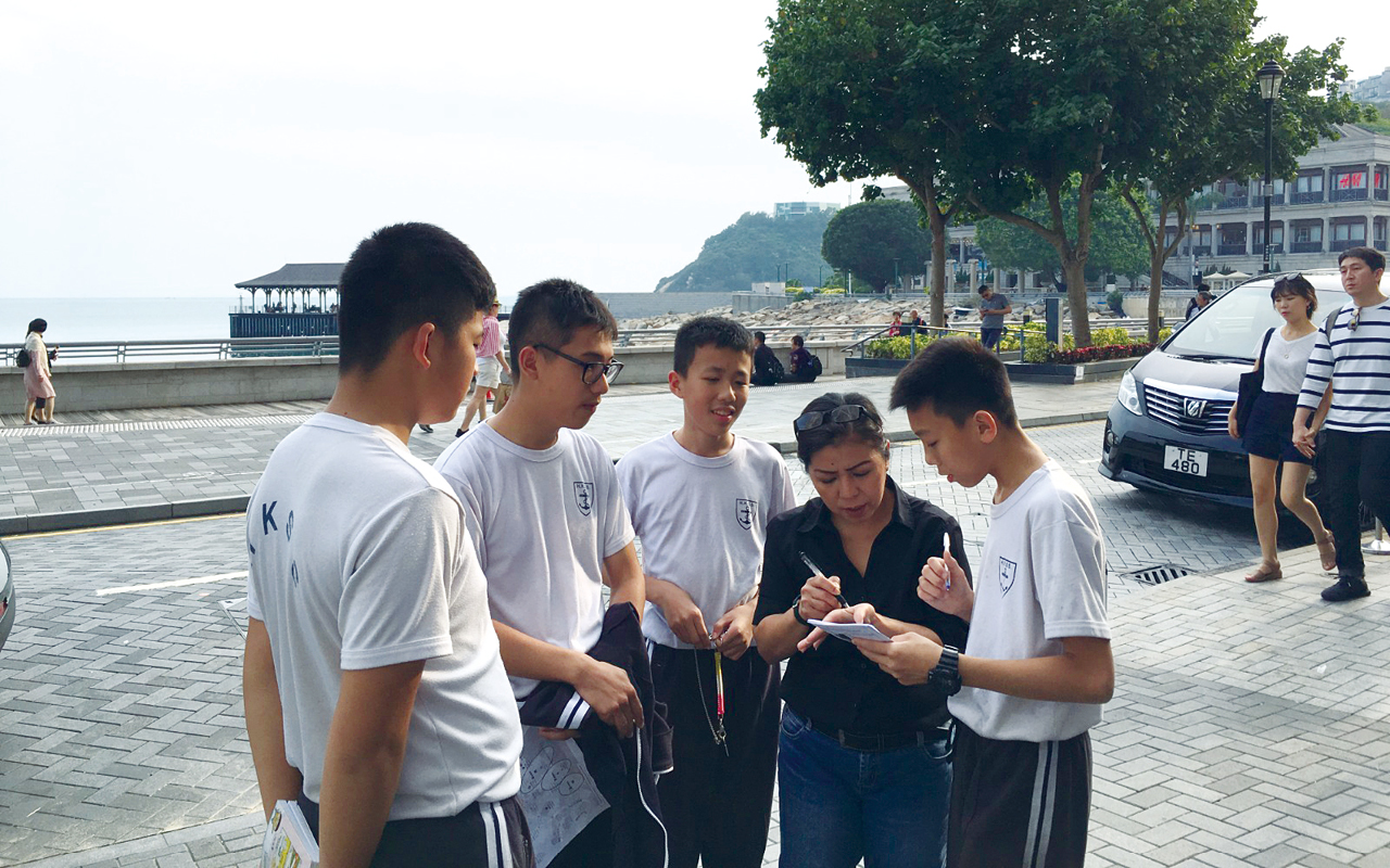 同學在赤柱區內與外籍人士做訪問交談。