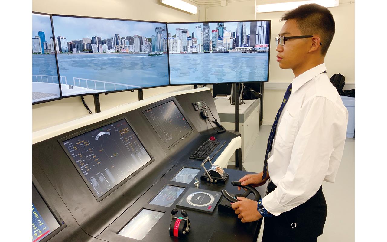 海事教學大樓剛添置船隻模擬駕駛室,控制板面全為英文,皆因同學若想考取遠洋駕駛執照,需要學習使用英文控制板面,可見學校細心為學生的未來做好安排。