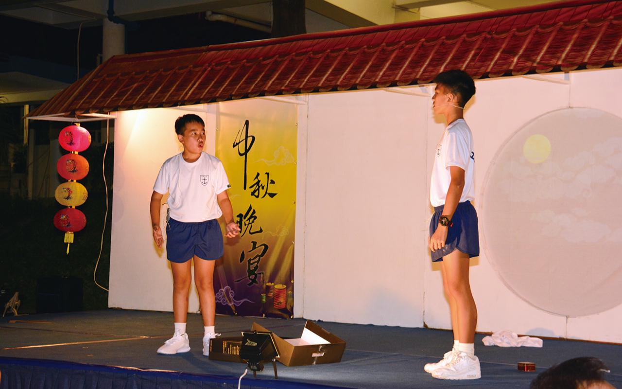 同學在中秋晚會中進行英語話劇。