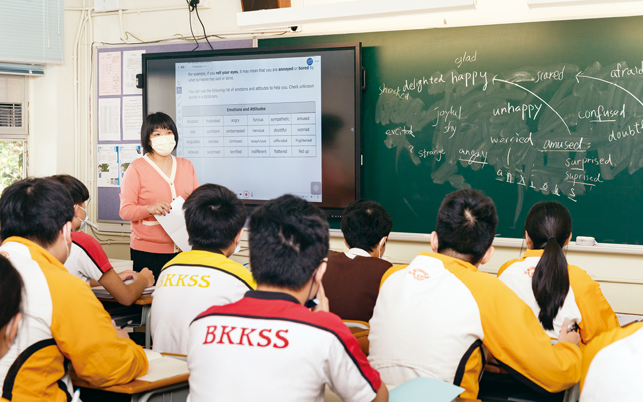 黃校長持續提升老師團隊的教學效能,鼓勵老師互相觀課,並給予回饋,力圖將教案完善,以最適切的教學模式教授不同能力的學生。