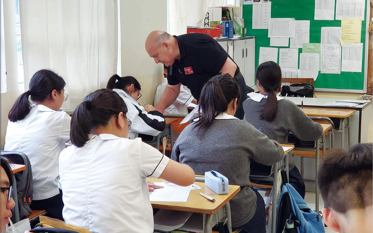 老師除了會設計適合同學程度和能力的教材,更會與書商合作,為學生提供度身訂造的卜維廉教科書,以配合該校的教學步驟。