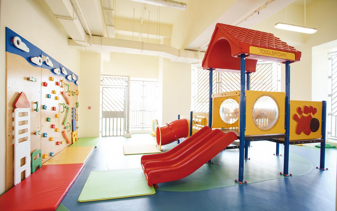 幼稚園採用簡約設計風格,且富大自然氣息,校舍除設有多個課室和功能活動室外,更有小舞台、寬闊大堂和兩個有蓋戶外場地,讓學生能根據不同的用途享受足夠的活動空間。