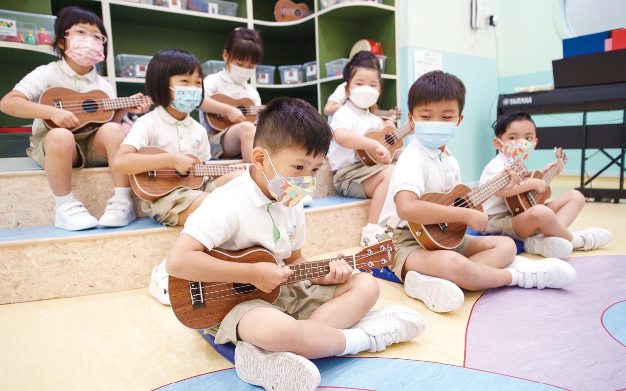 高班設有「夏威夷小結他」課程,教授簡單彈奏技巧,令學生更早有機會接觸各種樂器,發掘他們對音樂不同層面的興趣。