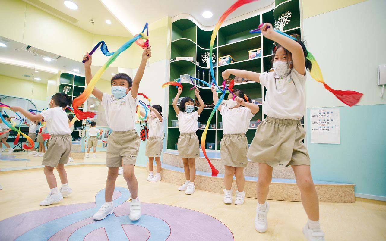 學校以綜合式幼兒肢體音樂課程,藉着遊戲滲入不同的音樂元素,讓學生享受和喜愛音樂活動。