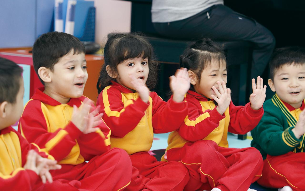 為了照顧非華語學童,協助他們奠下中文語言能力的基礎,學校作為參與獲教育局認可、賽馬會「友趣學中文」計劃的全港20間學校之一,率先讓老師接受相關培訓,然後運用學會的方法技巧,為非華語學童設計遊戲。