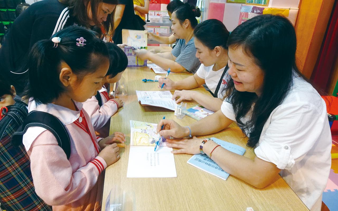 學校成立了家長教師會已有二十年,並建立親子圖書館,推行親子圖書閱讀計劃,讓學童根據書本上喜歡的故事內容繪畫,從中評估孩子於閱讀上的進度。