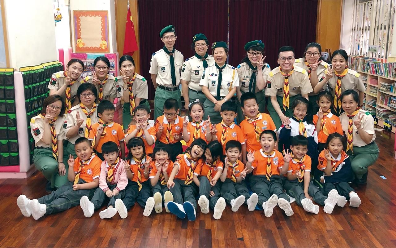 她更特別提及學校的團隊活動,如至今已成立二十年的小童軍,以及隸屬香港升旗隊總會的升旗隊,均能訓練學童的紀律和團隊合作精神。