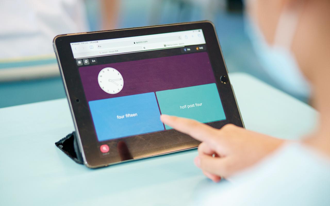 學校團隊高瞻遠矚,早已為每位學生添購平板電腦,因此該校學生已非常熟悉如何運用電子設備進行學習。