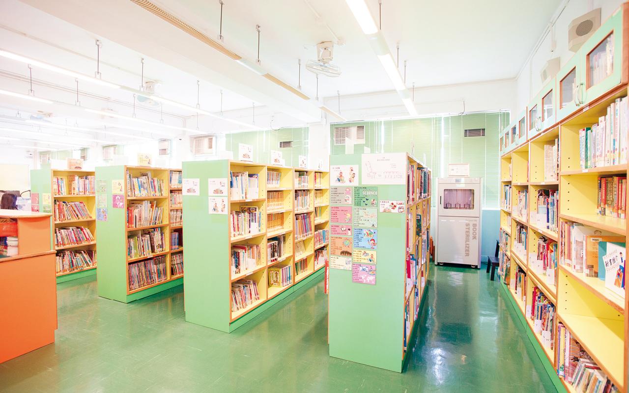 為了配合課程的發展,校舍需要靈活變化環境,不斷完善學校硬件,圖書館改建工程正是為了配合不同學科的小組活動、討論而進行。