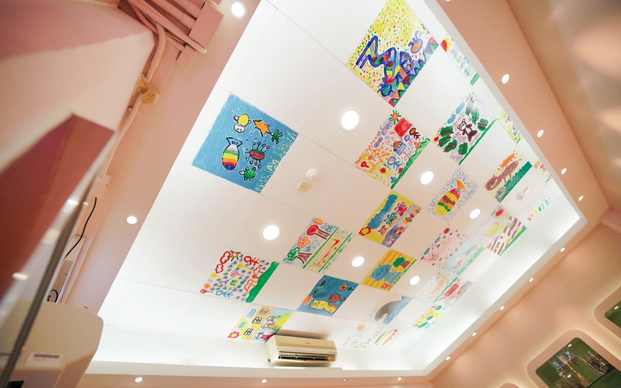 學校特別以學生作品裝飾天花板,盡顯學生藝術天份。