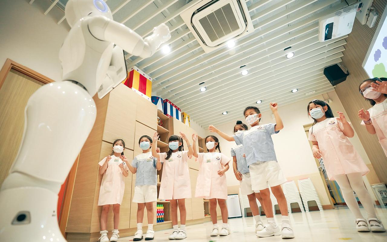 受益於東華三院的前瞻性,學校得以購入由法國、日本共同研發的Pepper機械人,並同時提供一個教師培訓課程,讓老師先行學會機械人編程,以便日後為學童更新和增加機械人課程,大大增加學與教成效。