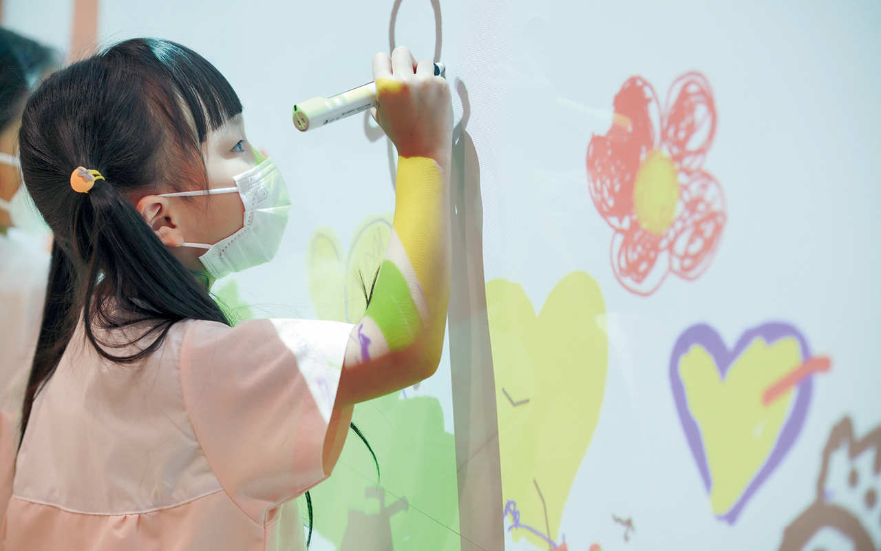 比起盲目追趕課程進度,學校更着重如何培養孩子的探究精神,發掘、培養孩子對學習的興趣,以塑造學生終身學習的精神。