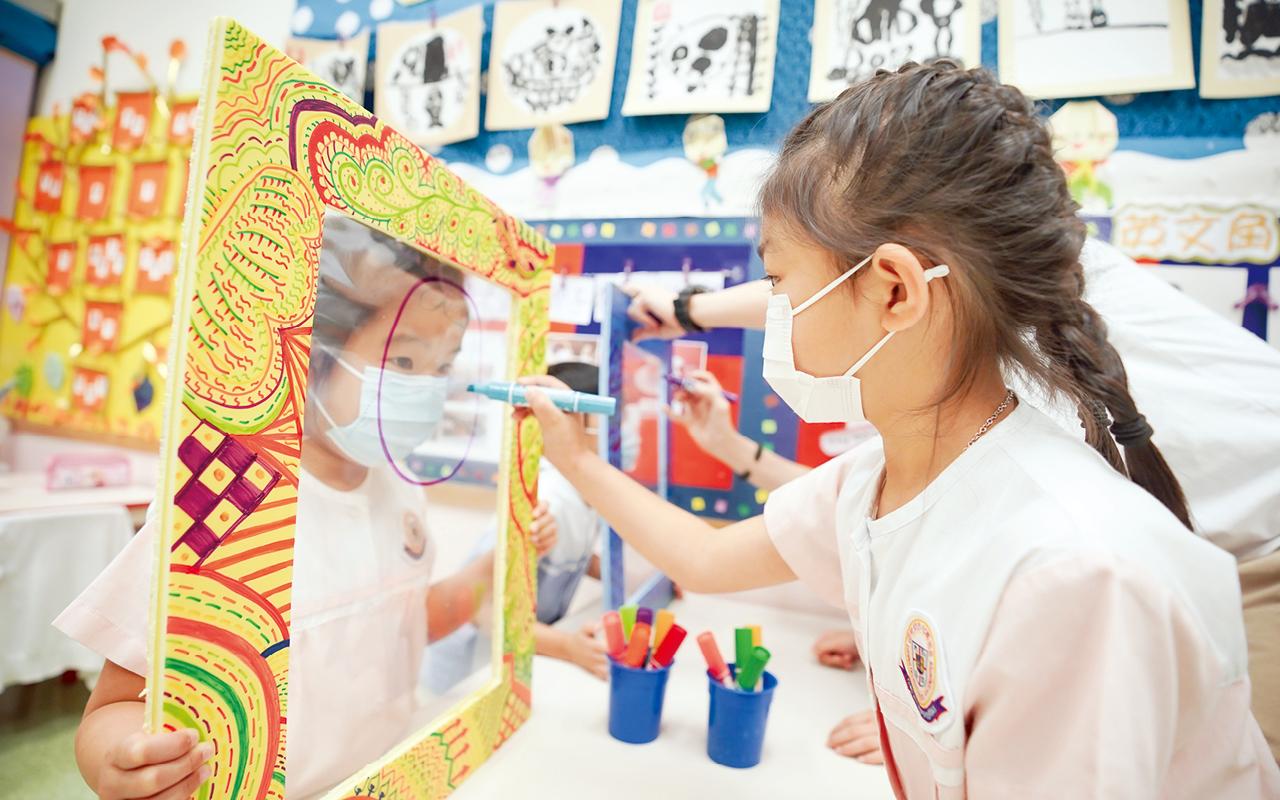 校方認為,比起盲目追趕課程進度,學校更着重如何培養孩子的探究精神,發掘、培養孩子對學習的興趣,以塑造學生終身學習的精神。