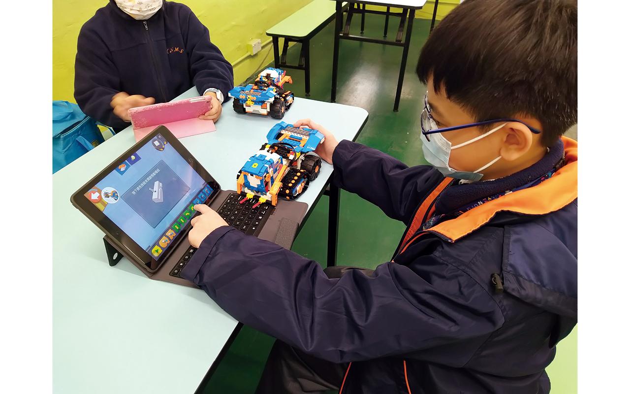 為了鼓勵學生靈活運用跨學科知識,學校舉辦LEGO拔尖班,引入國際性而又有趣的Lego We 2.0和Lego Boost機器人課程,並動手實踐創作,藉此激發其創意解難及邏輯思維的能力。
